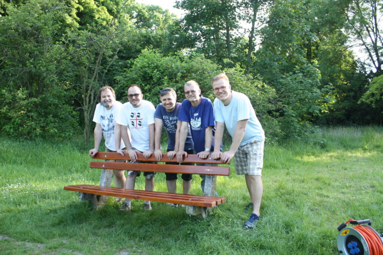 Pri oprave lavičiek v parku